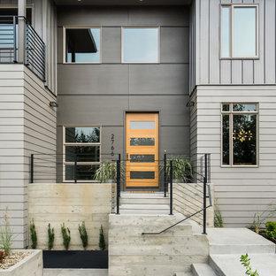 Diseño de fachada gris, minimalista, extra grande, de dos plantas, con revestimientos combinados