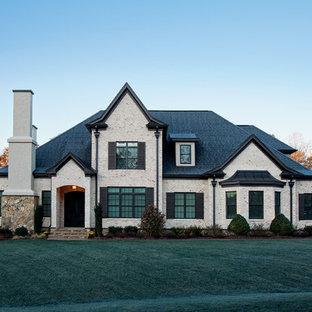 Idee per la facciata di una casa bianca vittoriana a due piani di medie dimensioni con rivestimento in mattoni