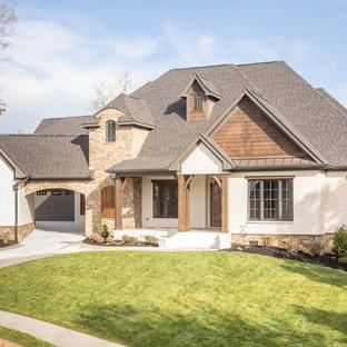 Свежая идея для дизайна: большой, двухэтажный, кирпичный, белый дом в классическом стиле с двускатной крышей - отличное фото интерьера