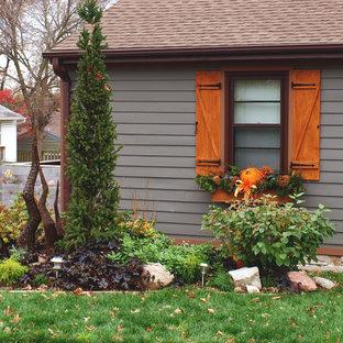 Diseño de fachada de casa gris, ecléctica, de tamaño medio, de una planta, con tejado a dos aguas, tejado de teja de madera y revestimiento de madera