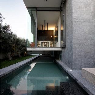 Ejemplo de fachada contemporánea con revestimiento de vidrio