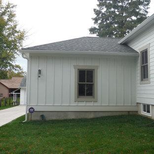 Idéer för att renovera ett mellanstort vintage vitt hus, med allt i ett plan och fiberplattor i betong
