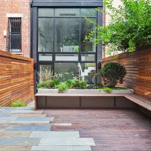 ニューヨークのコンテンポラリースタイルのおしゃれな家の外観 (漆喰サイディング、タウンハウス) の写真