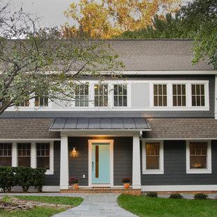 Ejemplo de fachada de casa gris, de estilo americano, de dos plantas, con revestimiento de vinilo y tejado a dos aguas