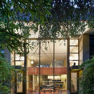 オースティンの小さいミッドセンチュリースタイルのおしゃれな二階建ての家 (アパート・マンション) の写真