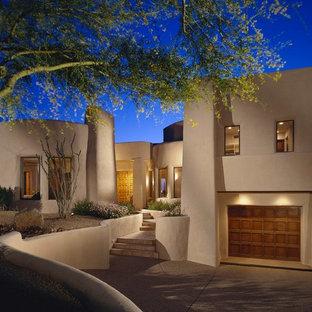 Zweistöckiges, Beigefarbenes Mediterranes Haus mit Lehmfassade in Phoenix