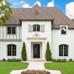 Zweistöckiges, Weißes Klassisches Haus mit Walmdach, Schindeldach und Dachgaube in Dallas
