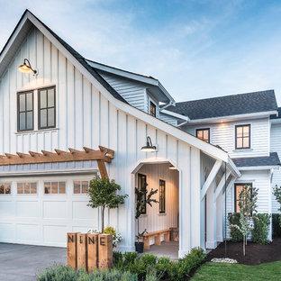 Idéer för lantliga vita hus, med två våningar, blandad fasad, sadeltak och tak i shingel