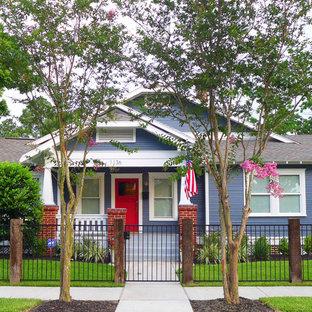 Esempio della facciata di una casa blu american style
