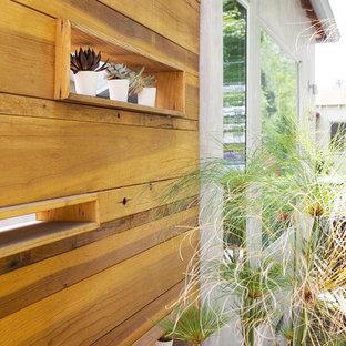 Inredning av ett modernt mellanstort brunt hus, med allt i ett plan
