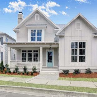 Источник вдохновения для домашнего уюта: двухэтажный, серый частный загородный дом в стиле кантри с облицовкой из винила, двускатной крышей и металлической крышей