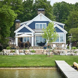 Ejemplo de fachada de casa azul, marinera, de dos plantas, con tejado a dos aguas