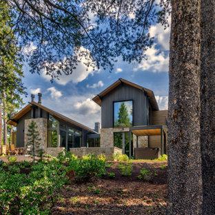 Bild på ett stort funkis grått hus, med tre eller fler plan, blandad fasad och sadeltak