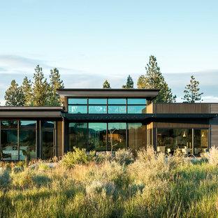 Modelo de fachada de casa minimalista, de tamaño medio, de una planta, con revestimiento de madera y tejado plano