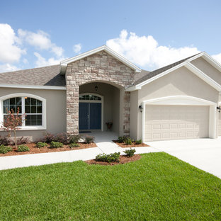 Traditional beige one-story exterior home idea in Tampa