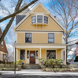 Gelbes Klassisches Haus mit Holzfassade in Boston