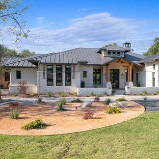 Bild på ett funkis vitt hus, med allt i ett plan, valmat tak och tak i metall