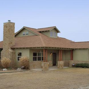 Ejemplo de fachada verde, de estilo americano, de tamaño medio, de una planta, con revestimiento de madera y tejado a doble faldón