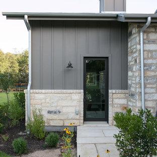 Inspiration för ett stort lantligt grått hus, med två våningar, sadeltak och tak i metall