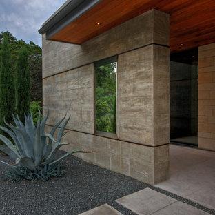 Imagen de fachada minimalista con revestimiento de hormigón