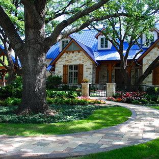 Идея дизайна: дом в классическом стиле с синей крышей