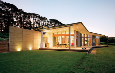 Houzz Tour: Rammed Earth and Vineyard Views Stun Down Under