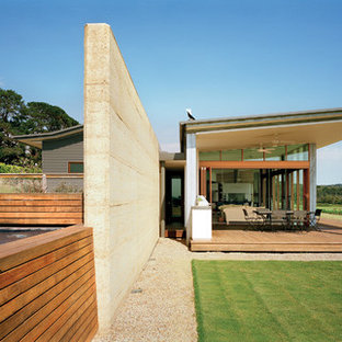 Réalisation d'une grande façade de maison minimaliste à niveaux décalés avec un revêtement mixte et un toit en appentis.
