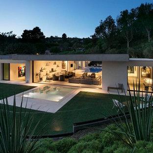 Inspiration pour une très grand façade de maison blanche design de plain-pied avec un revêtement en stuc et un toit plat.