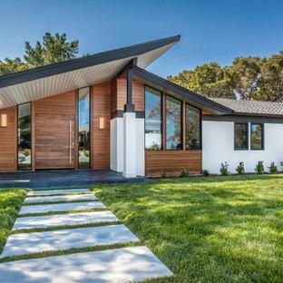 Idée de décoration pour une grand façade de maison blanche vintage de plain-pied avec un revêtement mixte.