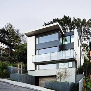 Modern inredning av ett flerfärgat hus, med tre eller fler plan och platt tak