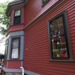 Rotes Klassisches Haus mit Holzfassade in Boston