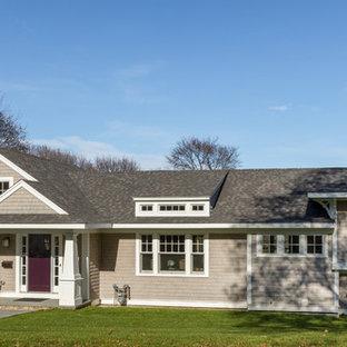 Imagen de fachada de casa beige, de estilo americano, de tamaño medio, a niveles, con revestimiento de madera y tejado a dos aguas