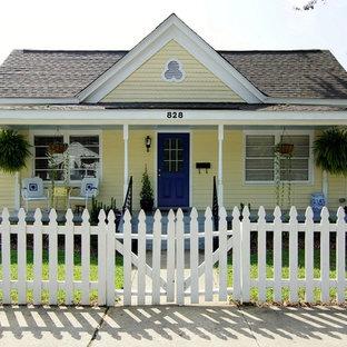 Kleines, Einstöckiges, Gelbes Modernes Haus mit Holzfassade und Pultdach in Raleigh