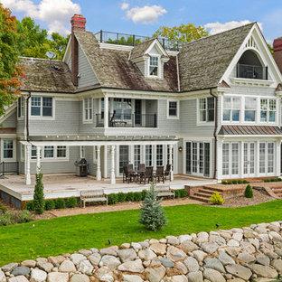 ミネアポリスの中くらいのトラディショナルスタイルのおしゃれな家の外観 (木材サイディング、グレーの外壁) の写真