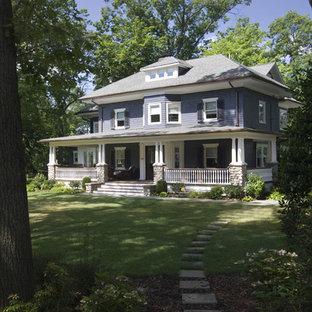 Foto della facciata di una casa ampia viola classica a tre o più piani con rivestimento in legno