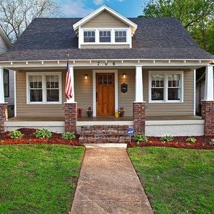 Immagine della facciata di una casa piccola marrone american style a due piani con rivestimento in legno