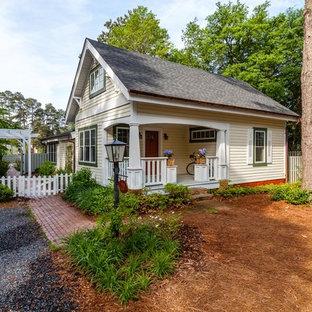 Ispirazione per la facciata di una casa piccola gialla country a un piano con rivestimento in legno