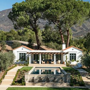 Kleines, Einstöckiges, Weißes Mediterranes Haus mit Putzfassade in Los Angeles