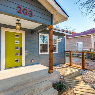 オースティンのトランジショナルスタイルのおしゃれな家の外観 (木材サイディング、青い外壁、切妻屋根) の写真