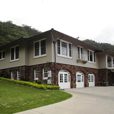 Traditional Exterior by MOKULUA High Performance Builder