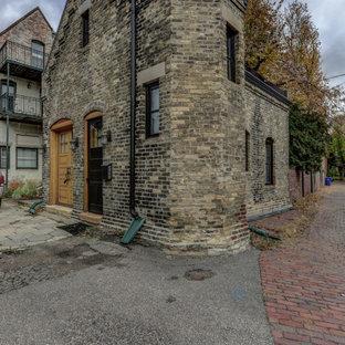 Foto de fachada de casa marrón, bohemia, de tamaño medio, a niveles, con revestimiento de ladrillo