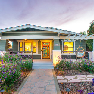 Inspiration för ett amerikanskt grönt hus, med allt i ett plan och sadeltak