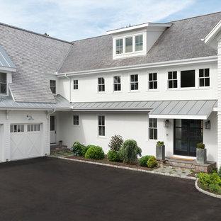 Idee per la facciata di una casa grande bianca country a due piani con rivestimento in legno, copertura mista e tetto a capanna