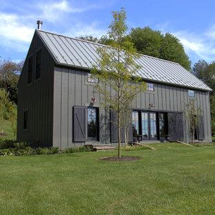Diseño de fachada de casa gris, de estilo de casa de campo, pequeña, de dos plantas, con revestimiento de aglomerado de cemento, tejado a dos aguas y tejado de metal