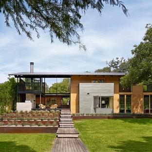 Idee per la facciata di una casa contemporanea a due piani con rivestimento in legno