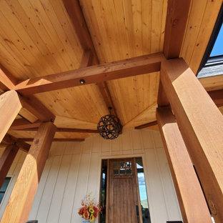 Idee per la facciata di una casa unifamiliare grande bianca country a due piani con rivestimento in legno, tetto a padiglione e copertura mista