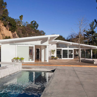 Mid-sized midcentury modern white one-story house exterior photo in Los Angeles with a shed roof