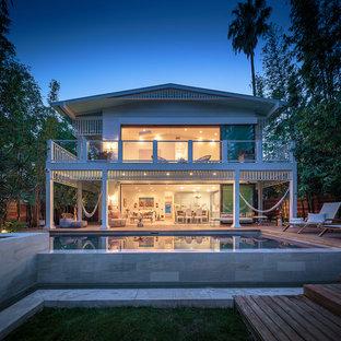 Imagen de fachada de casa blanca, marinera, de dos plantas, con tejado a dos aguas y tejado de metal