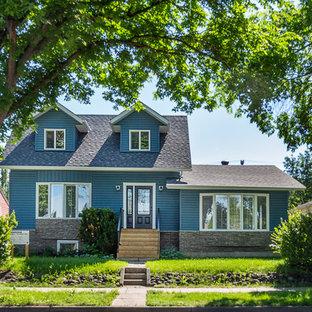 Ejemplo de fachada de casa azul, clásica, de tamaño medio, de dos plantas, con revestimiento de vinilo, tejado a dos aguas y tejado de teja de madera