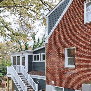Exemple d'une grande façade de maison bleue rétro à un étage avec un revêtement en panneau de béton fibré, un toit à deux pans et un toit en shingle.